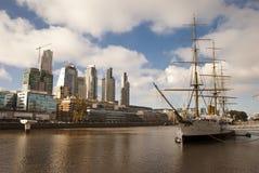 老船和新的城市。 免版税库存照片