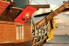 老船和现代Vessrl船首在海天线 免版税库存图片