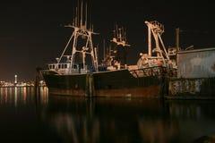老船在港口 免版税库存照片
