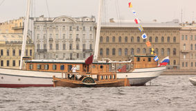 老船漂浮的片段 免版税库存图片