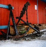 老船锚在船坞 免版税库存照片