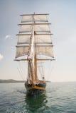 老船,航行在海 免版税图库摄影