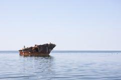 老船击毁在海 图库摄影