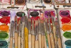 老艺术家油漆刷和明亮的水彩平底锅 免版税库存图片