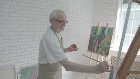 老艺术家谈话与他的朋友在spacy白色工作室 股票视频