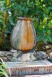 老花瓶在欧内斯特・海明威家和博物馆的庭院里在基韦斯特岛,佛罗里达 图库摄影