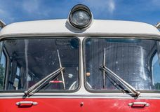 老苏维埃的前面做了红色公共汽车 库存图片