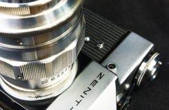 老苏联影片SLR照相机Zenit -与透镜JUPITER-11的B 免版税库存图片