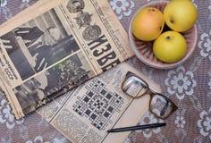 读老苏联报纸,葡萄酒玻璃 库存图片