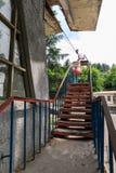 老苏联生锈和作用的索道或缆车客舱在奇阿图拉 免版税库存照片
