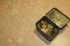 老苏联硬币收集货币在破旧的绿茶箱子 免版税库存照片