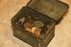 老苏联硬币收集货币在破旧的绿茶箱子 库存照片