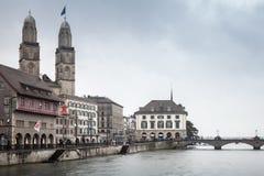 老苏黎世都市风景有Grossmunster教会的 库存图片