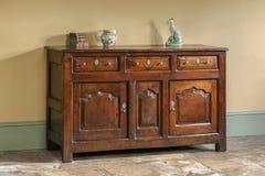 老英国古色古香的橡木厨房梳妆台基地 免版税库存照片