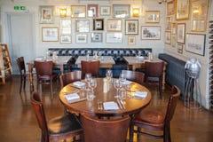 老英国维多利亚女王时代的酒家内部 没有人的清早设置 免版税库存图片
