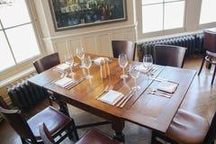 老英国维多利亚女王时代的酒家内部 没有人的清早设置 库存照片