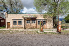 老荒废服务车库在农村犹他,美国 免版税库存图片