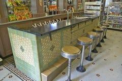老药店和在法国街区的冷饮柜内部与高凳的新奥尔良LA 免版税图库摄影