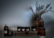 老药房 瓶,瓶子,干淡紫色花束在木架子的 免版税库存照片