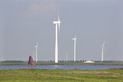 老荷兰帆船和现代风轮机 免版税库存照片