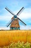 老荷兰磨房用黄色麦子 免版税库存图片