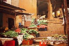 老菜和水果市场难看的东西墙壁在印度城市台阶的  免版税库存照片