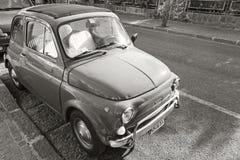老菲亚特停放的500个城市汽车立场 库存照片