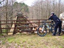 老落寞桥梁和自行车道路 库存图片