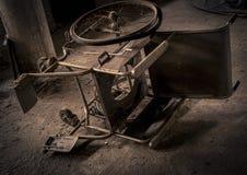 老落的轮椅 免版税库存图片