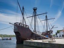 老葡萄牙帆船从16世纪在孔迪镇,葡萄牙停泊了 库存图片