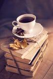 老葡萄酒书和杯子在木桌上 免版税库存照片