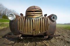 老葡萄酒减速火箭的古色古香的生锈的农厂卡车格栅  库存照片