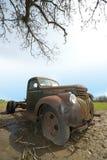 老葡萄酒减速火箭的古色古香的生锈的农厂卡车 免版税库存照片