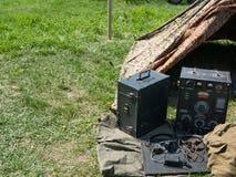 老葡萄酒减速火箭的无线电广播发射机 免版税库存图片