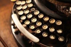 老葡萄酒减速火箭的木打字机 免版税库存照片