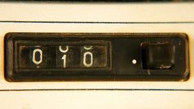 老葡萄酒减速火箭的机械卷轴柜台 免版税库存图片