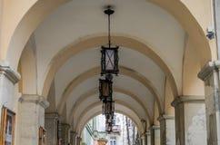 老葡萄酒减速火箭的灯由铁和玻璃制成街道照明的在天花板曲拱与专栏剧院Zinkovetskoy玛丽 免版税库存照片