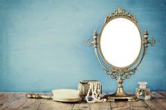 老葡萄酒卵形镜子和妇女洗手间塑造对象 库存照片