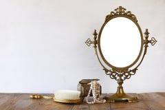 老葡萄酒卵形镜子和妇女洗手间塑造对象 免版税库存图片