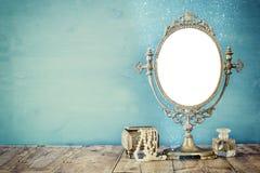 老葡萄酒卵形镜子和妇女洗手间塑造对象 库存图片