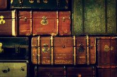 老葡萄酒堆,古老手提箱背景的样式 艺术或设计观念 免版税库存照片