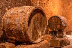 老葡萄酒库和桶 库存图片