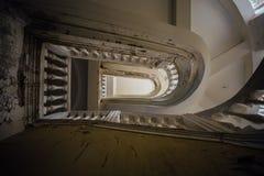老葡萄酒底视图装饰了在被放弃的豪宅的楼梯 免版税库存图片