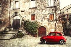 老葡萄酒意大利人场面 小古色古香的红色汽车 500命令 库存图片