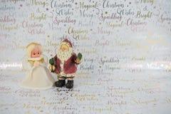 老葡萄酒手工制造人造白金神仙的树轻便短大衣和圣诞老人圣诞节摄影xmas包装纸背景的 库存照片
