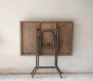 老葡萄酒折叠式小桌 库存图片