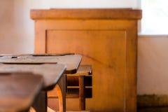 老葡萄酒教室在村庄有木桌的房间房子里 免版税库存照片