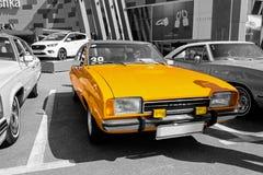 老葡萄酒橙色福特-有选择性的颜色隔离 免版税库存照片