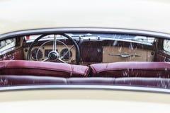 老葡萄酒汽车减速火箭的内部  库存照片
