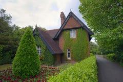 老葡萄酒爱尔兰房子在公园 免版税库存图片